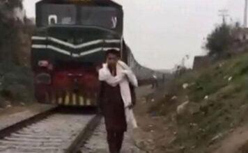 وقف أمام قطار