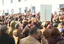 حشود المحتجين مبنى البرلمان