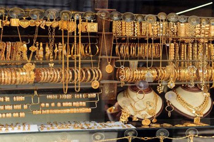 الذهب يرتفع ثلاثة آلاف